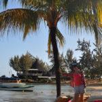 На пляже с пальмами