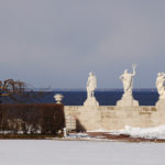 Статуи смотрят на залив