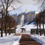 Работающий фонтан в снегу
