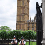 У здания Парламента