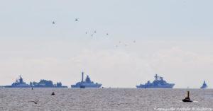 Парадный строй кораблей и стайка вертолётов