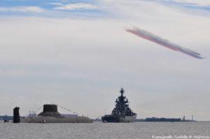 Флаг России в небе в День ВМФ