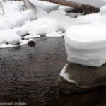 Снежная шапка на камне