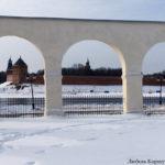 Новгородский Кремль через арки