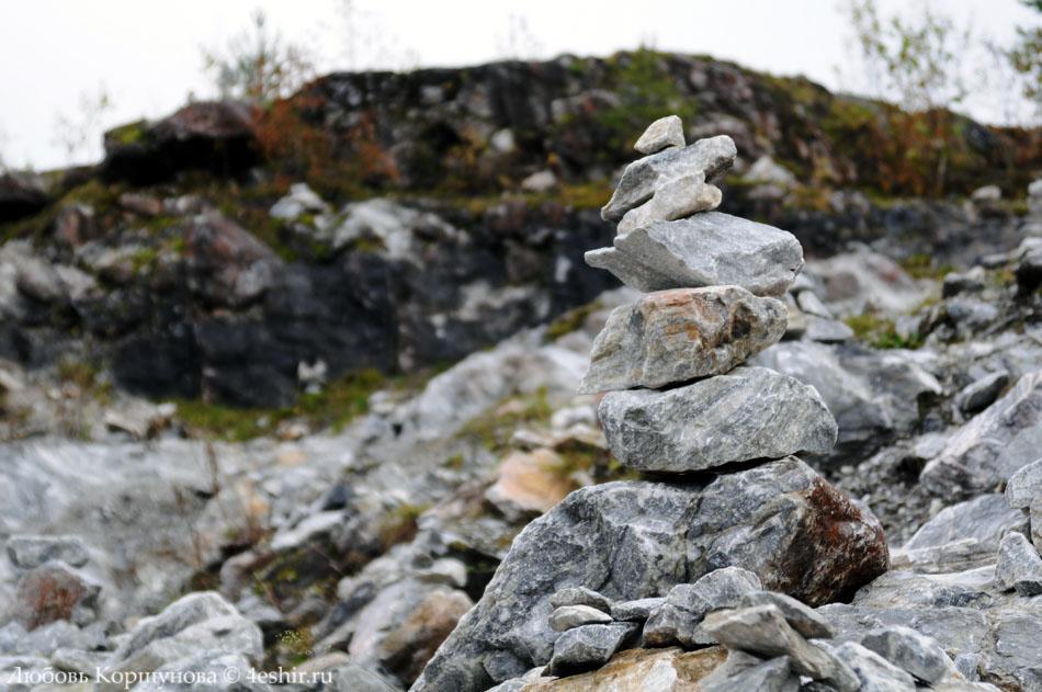 Каменные пирамидки в Рускеале