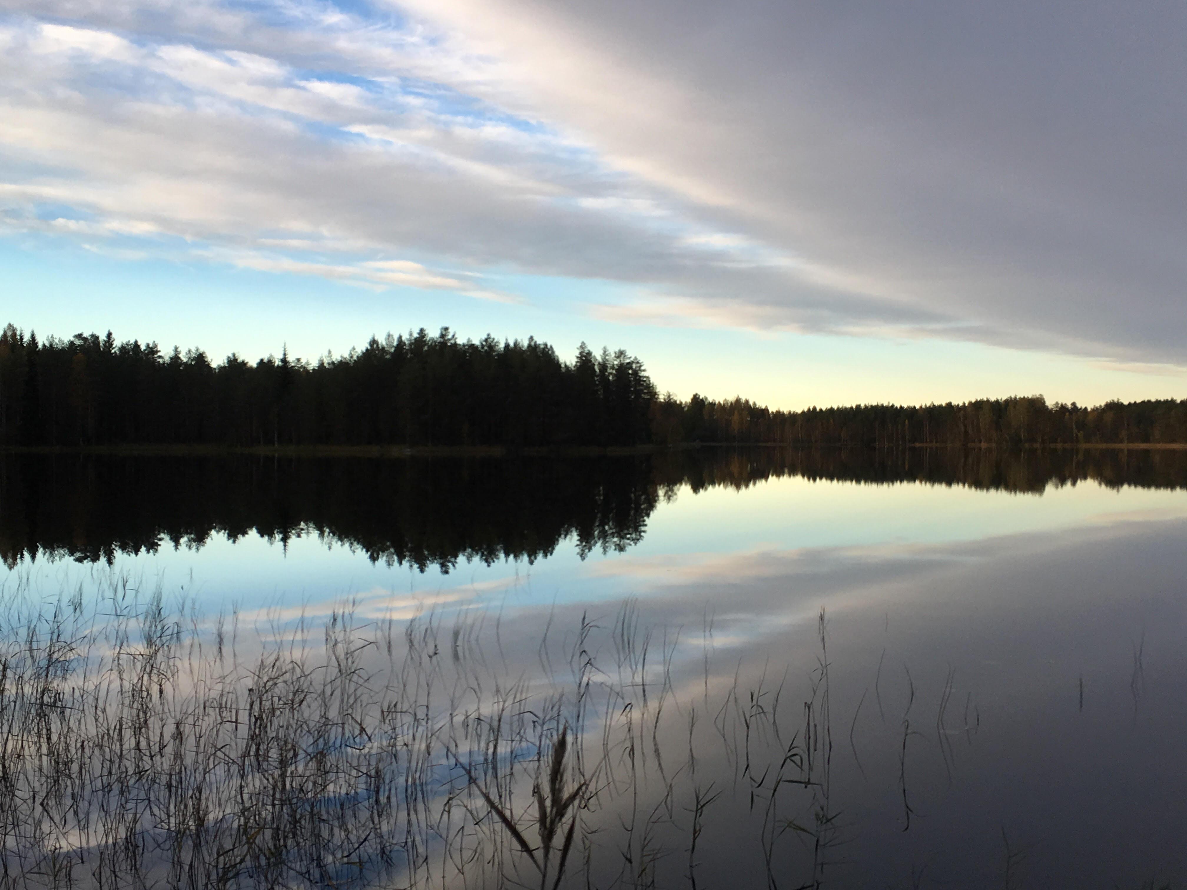 Небо в отражении (фото с телефона)